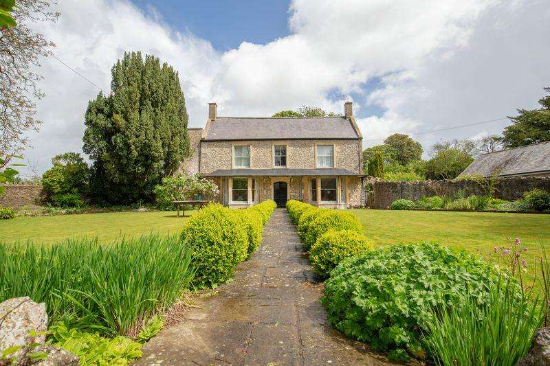 5 Bedrooms Detached House for sale in Large period house in very tucked away location in town.