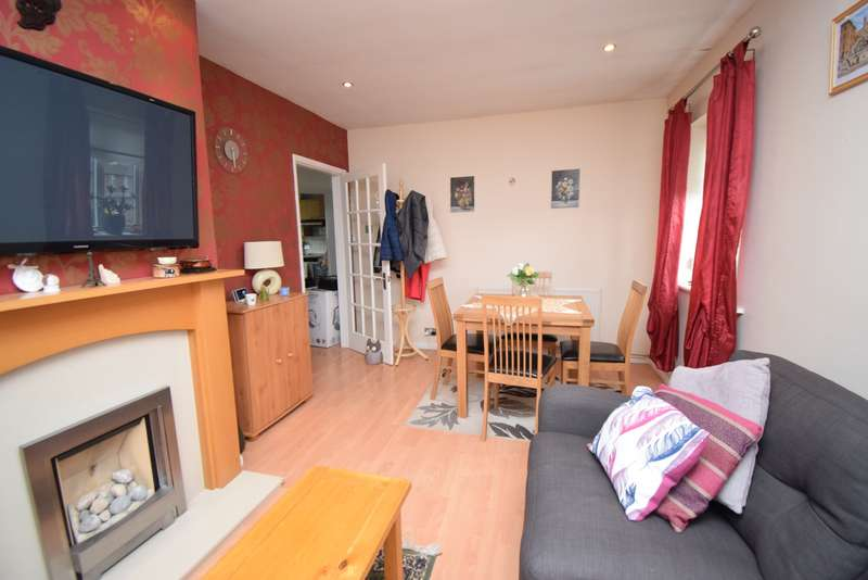 2 Bedrooms Maisonette Flat for rent in Thirlmere Avenue, Priory Estate, Slough, SL1