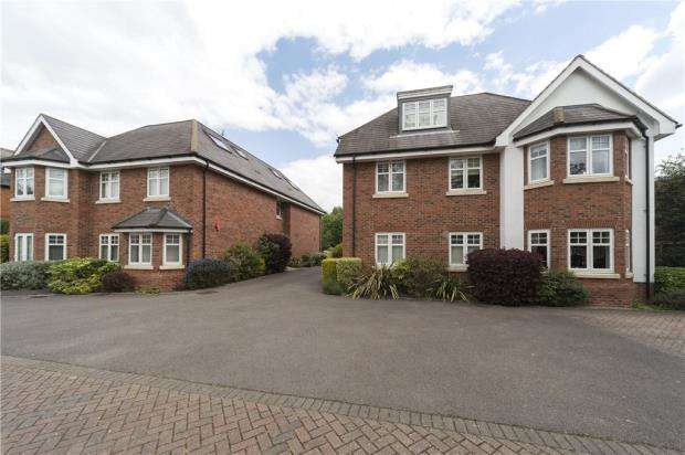 2 Bedrooms Apartment Flat for sale in Woodford Court, Western Avenue, Reading