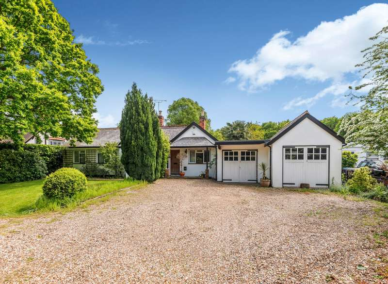 4 Bedrooms Detached Bungalow for sale in Spinney Hill, Addlestone, KT15