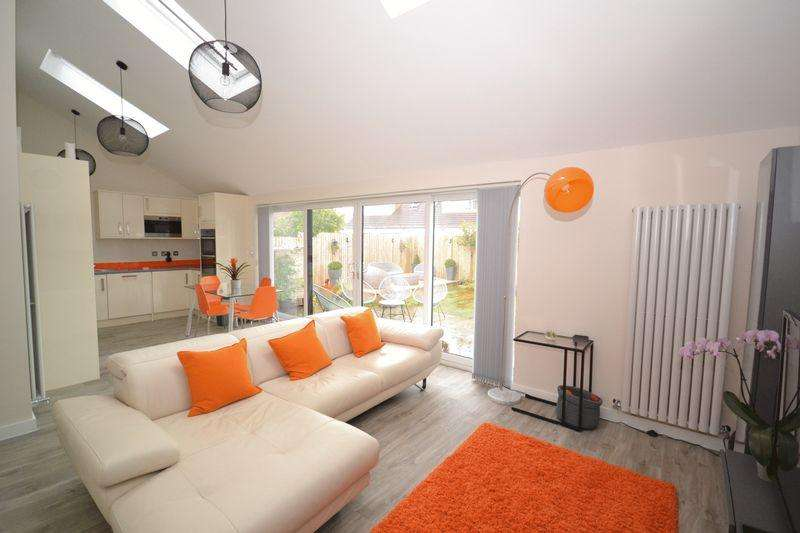 2 Bedrooms Bungalow for sale in Wetherby Grove, Downend, Bristol