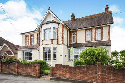 5 Bedrooms Detached House for sale in Corringham, Stanford-Le-Hope, Essex