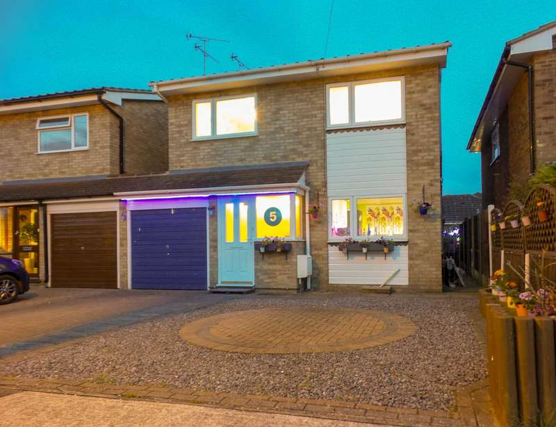 4 Bedrooms Detached House for sale in Daws Heath, Guide Price ?425,000 to ?450,000
