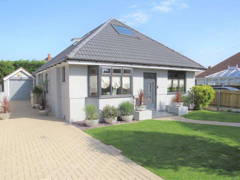 3 Bedrooms Bungalow for sale in Sought-After Carberry Estate