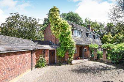 3 Bedrooms Detached House for sale in Loughton, Essex