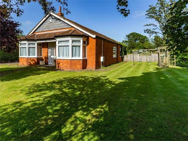 3 Bedrooms Detached Bungalow for sale in East Street, Alford, Lincolnshire