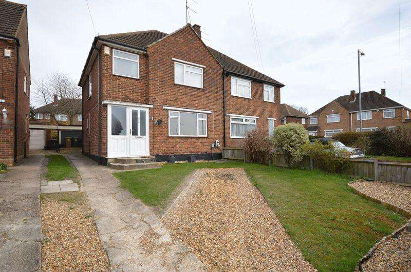3 Bedrooms Semi Detached House for sale in Cotswold Gardens, Luton