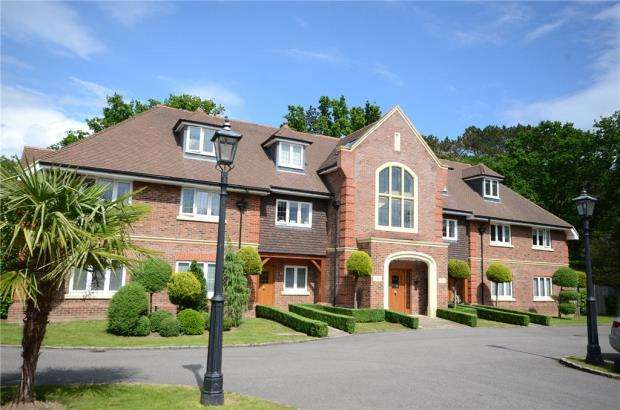 2 Bedrooms Apartment Flat for sale in Heron Mansions, Chestnut Avenue, Wokingham