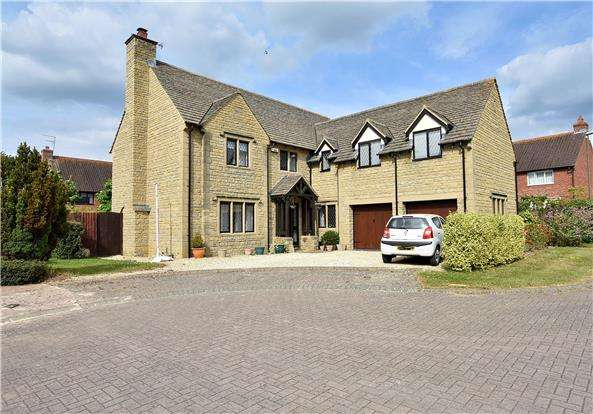 5 Bedrooms Detached House for sale in Stoke Park Court, Bishops Cleeve GL52