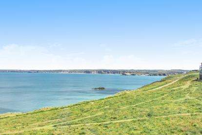 3 Bedrooms Flat for sale in Headland Road, Newquay, Cornwall