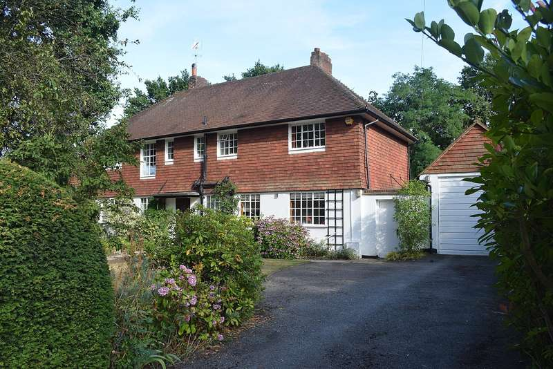 5 Bedrooms Detached House for sale in Ashley Drive, Walton on Thames, KT12