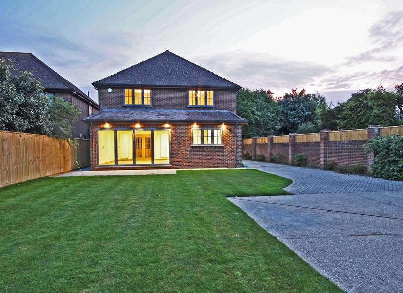 4 Bedrooms Detached House for sale in York Avenue, New Milton