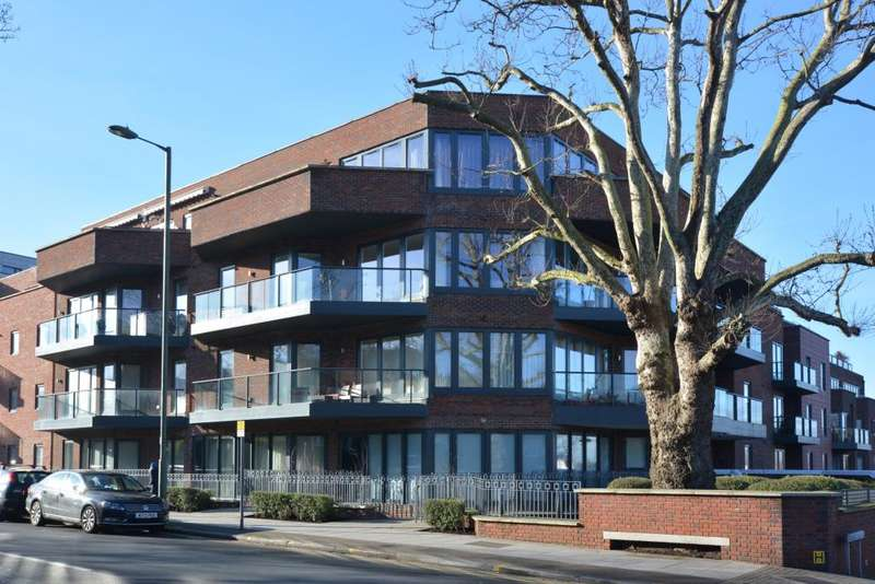 3 Bedrooms Penthouse Flat for sale in West Heath Place Hodford Road Golders Hill NW11