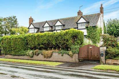 3 Bedrooms Semi Detached House for sale in Steppe Cottages, Worcester Road, Harvington, Kidderminster