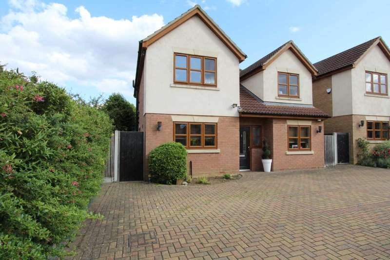 4 Bedrooms Detached House for sale in Walnut Mews, Thundersley