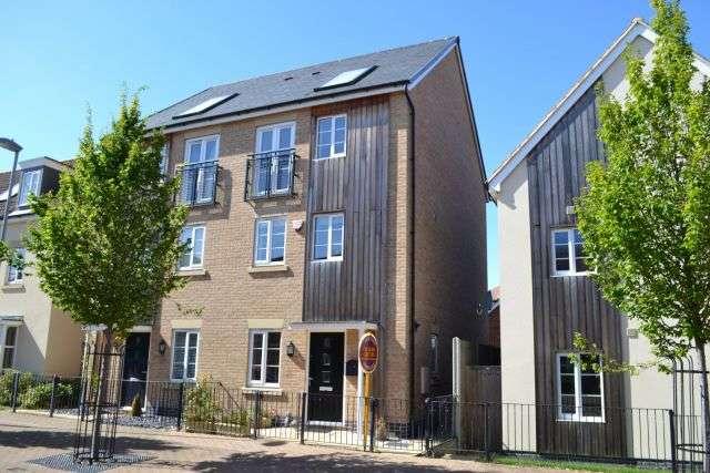 3 Bedrooms Town House for sale in Lockgate Road, Pineham Lock, Northampton NN4 9DP