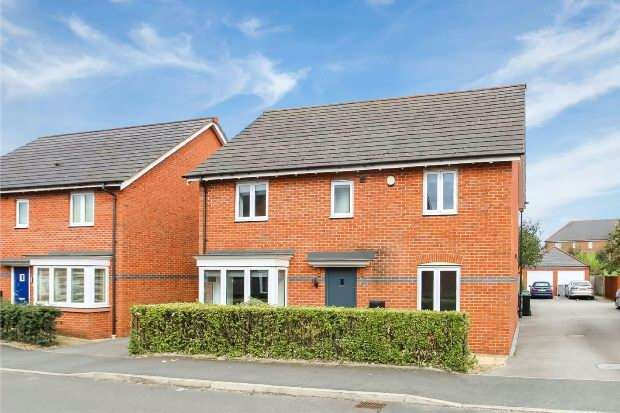 4 Bedrooms Detached House for sale in Heathermount, Altrincham