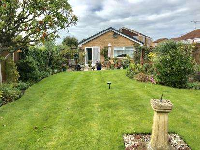 3 Bedrooms Bungalow for sale in Smithy Pathway, Chester, Cheshire, CH4