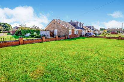 2 Bedrooms Bungalow for sale in Castle Drive, Summer Hayes, Willenhall, West Midlands