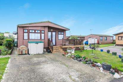 3 Bedrooms Mobile Home for sale in Flag Hill, Great Bentley, Colchester