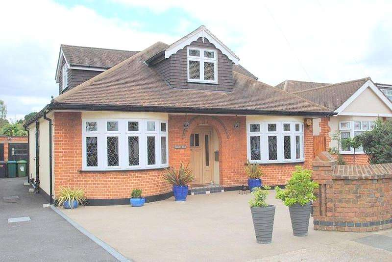 4 Bedrooms Detached Bungalow for sale in Clayton Avenue, Upminster, RM14