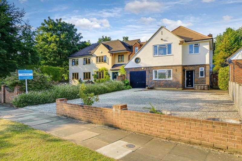 4 Bedrooms Detached House for sale in Downs Way Close