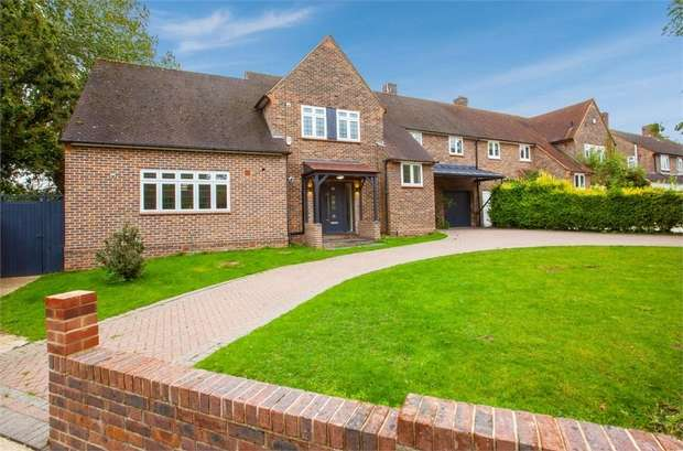 4 Bedrooms Semi Detached House for sale in Wincanton Road, Romford, Greater London