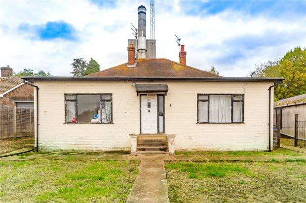 3 Bedrooms Detached Bungalow for sale in Barkham Road, Wokingham, Berkshire