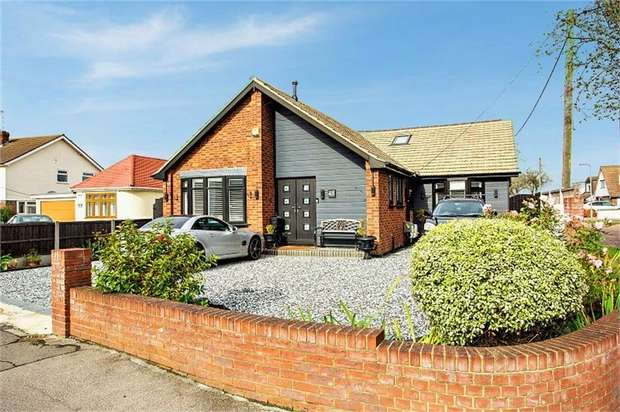 3 Bedrooms Detached Bungalow for sale in Common Lane, Benfleet, Essex