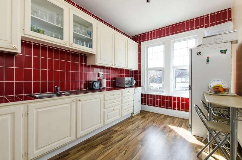 4 Bedrooms Maisonette Flat for sale in Mitcham Park, Mitcham, CR4