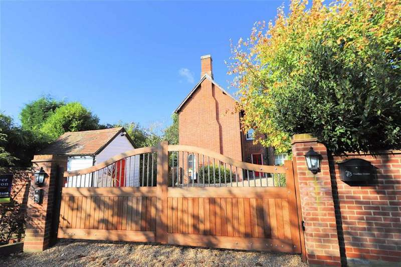 2 Bedrooms Semi Detached House for sale in Farm Close, Off High Street, Roydon