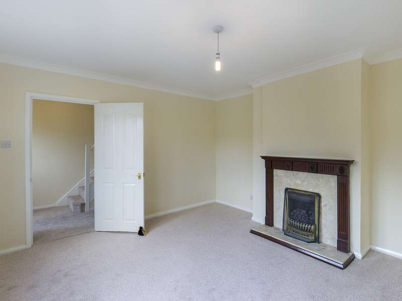 3 Bedrooms Semi Detached House for rent in Moorfield Avenue, Bolsover S44