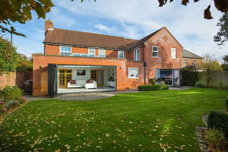 5 Bedrooms Detached House for sale in Earswick Chase, Earswick, York, YO32