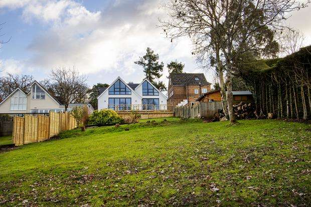 4 Bedrooms Detached House for sale in Wrecclesham Hill, Wrecclesham, Farnham