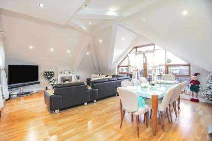 3 Bedrooms Flat for sale in Woodbank, Lynton Lane, Alderley Edge, Cheshire