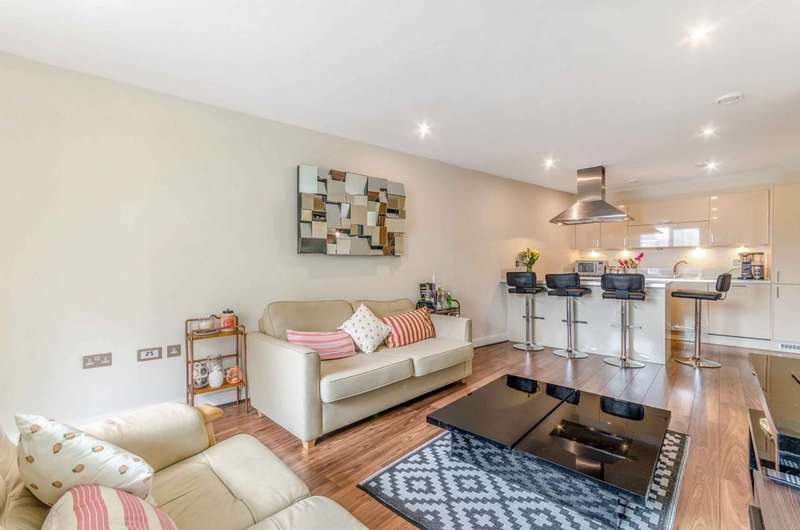 3 Bedrooms Flat for sale in Bow Common Lane, Bow, E3