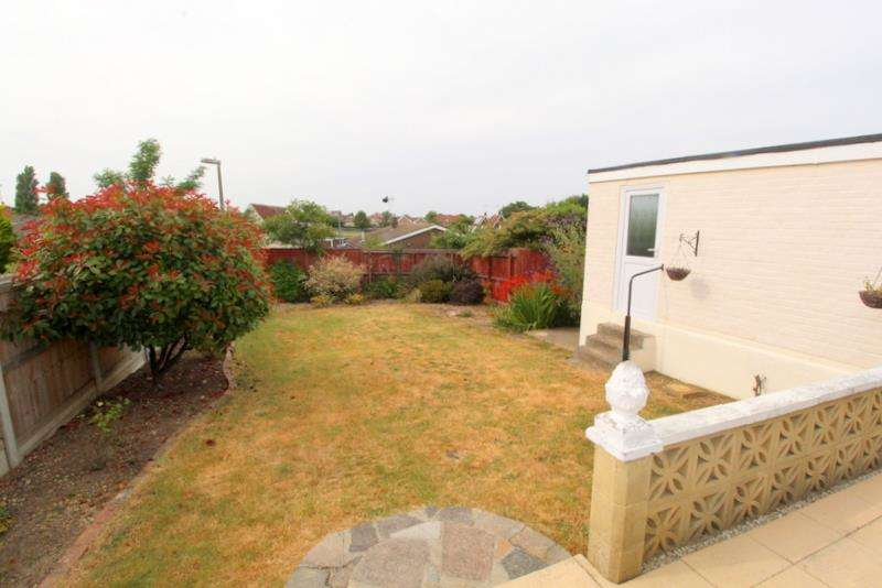 2 Bedrooms Bungalow for sale in BUNGALOW NEAR FRINTON AND WALTON