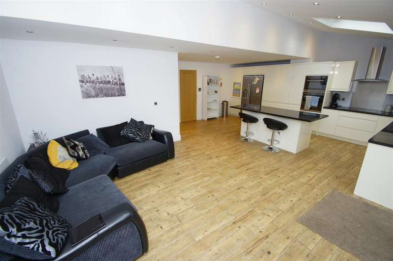 4 Bedrooms Semi Detached House for sale in Cranleigh Close, Blackrod, Bolton