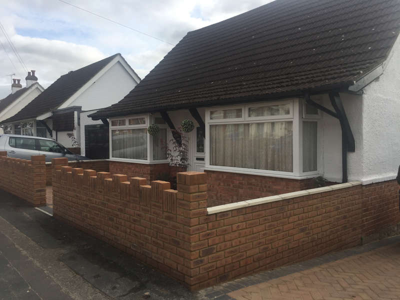 4 Bedrooms Bungalow for sale in Aldershot, GU11