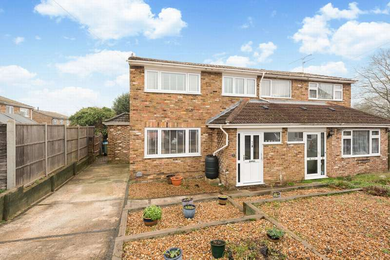 3 Bedrooms Semi Detached House for sale in Bell Close, Farnborough, GU14