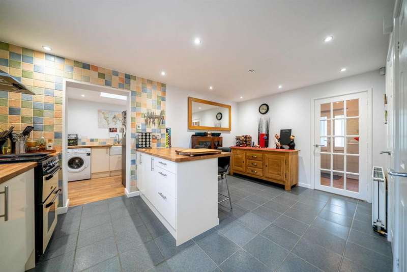 4 Bedrooms Detached House for sale in Approaching 1700 Sq Ft with VERSATILE ACCOMMODATION in LEVERSTOCK GREEN