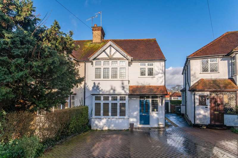 3 Bedrooms Semi Detached House for sale in The Close, Bushey Village