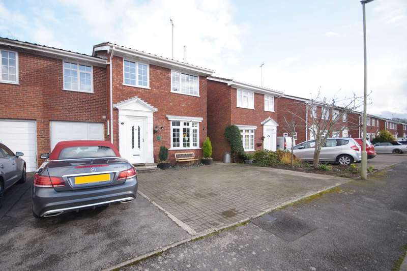 4 Bedrooms Link Detached House for sale in Waterside Close, Bordon, Hampshire, GU35
