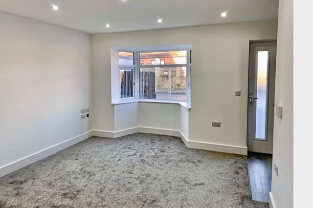 3 Bedrooms Detached House for sale in Shaw Lane, Carlton, S71