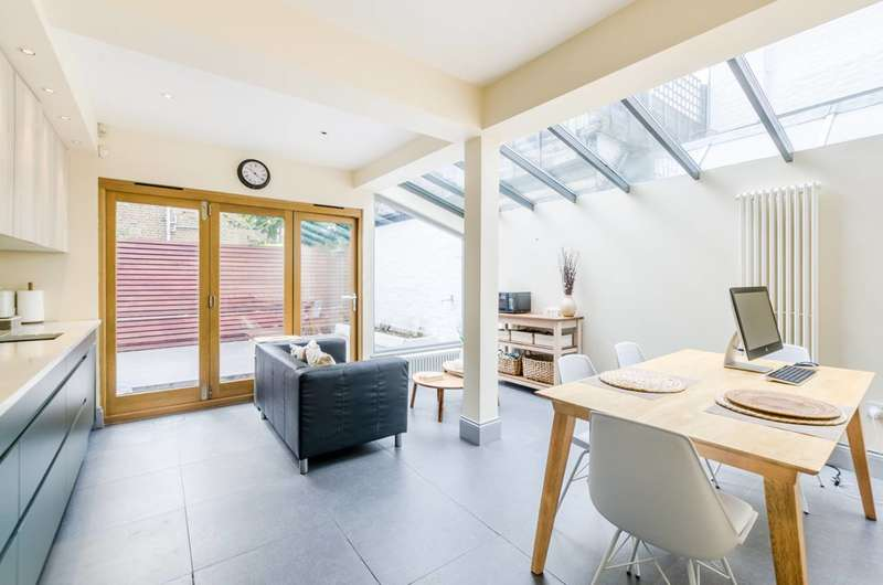 3 Bedrooms Maisonette Flat for sale in Rowallan Road, Fulham, SW6