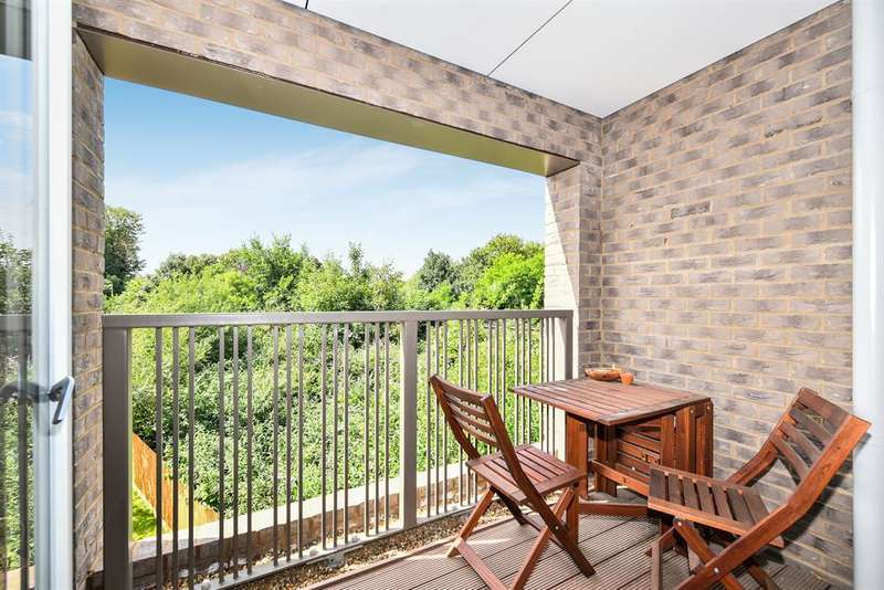 1 Bedroom Flat for sale in Adenmore Road, London, SE6 4ED
