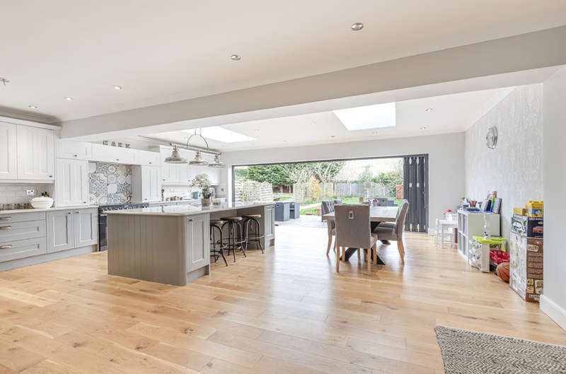 4 Bedrooms Semi Detached House for sale in Court Road, London, SE9