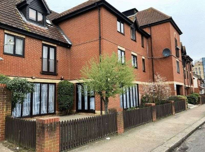 1 Bedroom Property for sale in Golding Court, Ilford: ** FANTASTIC OPPORTUNITY! ALL REALISTIC OFFERS CONSIDERED **