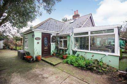 4 Bedrooms Bungalow for sale in Newport, Isle Of Wight, .