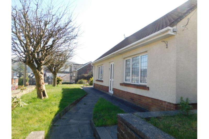3 Bedrooms Bungalow for sale in High Street, Newbridge